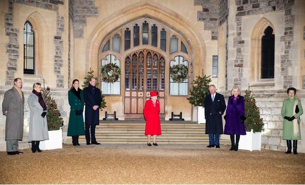 Фото №1 - Все в сборе: Елизавета II, герцоги Кембриджские и другие члены королевской семьи встретились в Виндзорском замке