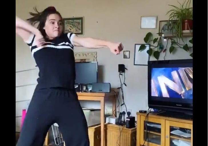 Фото №1 - Вирусное видео: девушка показывает языком танца заставки знаменитых кинокомпаний