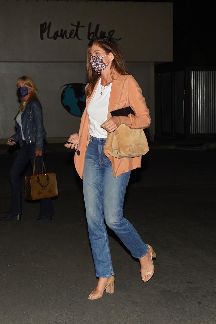 Фото №2 - Персиковый жакет + джинсы с высокой талией: повседневный образ Синди Кроуфорд, который хочется повторить