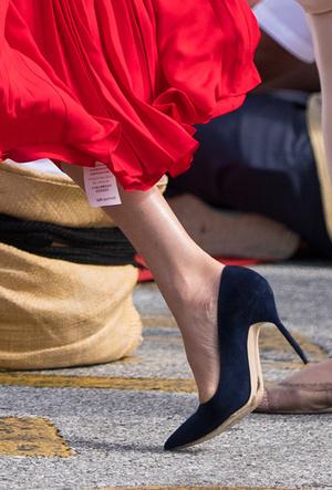 Фото №23 - Выездной гардероб: как стилисты и дизайнеры готовят королевских особ к турам
