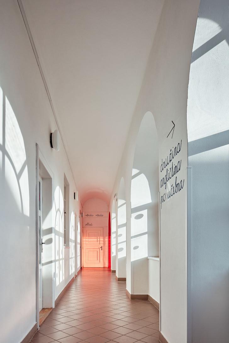 Фото №8 - Яркая школа в здании бывшей церкви в Чехии