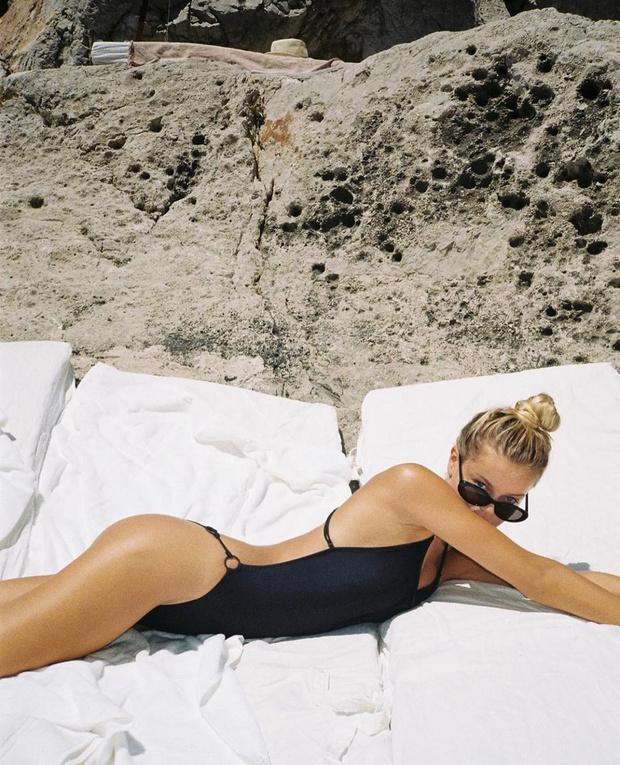 Фото №1 - Этим летом нам всем нужен лаконичный черный купальник, как у Фриды Аасен