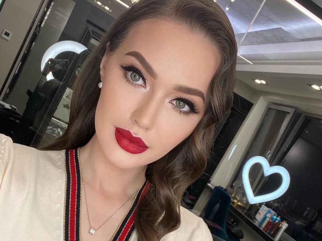 «Как усы от молока»: Анастасия Тарасова не угодила фолловерам «голливудским» макияжем