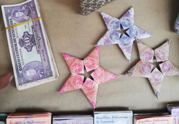 Фото №1 - Валюта Венесуэлы обесценилась настолько, что из денег начали делать сувениры для продажи туристам