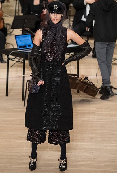 Фото №6 - Свитер в юбку, платье на водолазку и еще три классные идеи Карла Лагерфельда