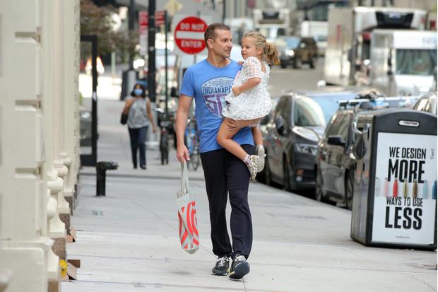 Фото №1 - Взгляд Брэдли Купера на малышку Лею— самое милое, что вы сегодня увидите