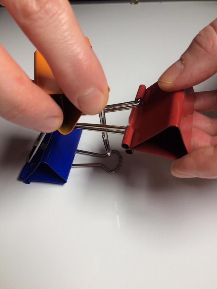 Фото №6 - Лайфхак: подставка для смартфона из офисных зажимов своими руками
