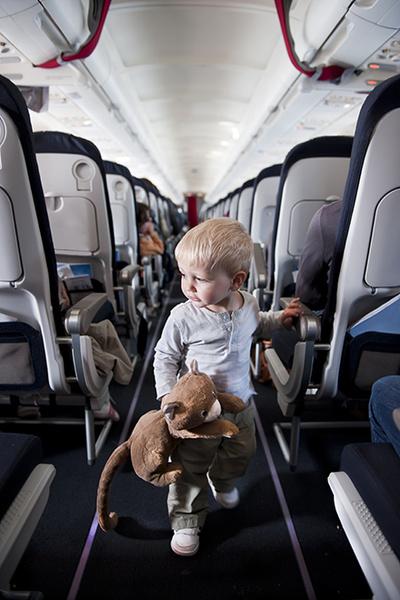 Фото №2 - 10 способов занять малыша в самолете