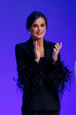 Фото №12 - Как королевские особы носят брючные костюмы