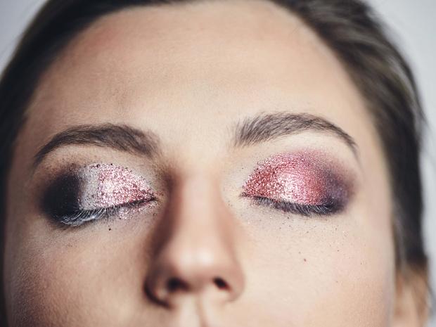 Фото №3 - «Стеклянные» smoky eyes: как повторить самый модный макияж этой зимы