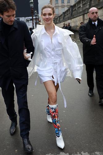 Водянова с мужем на улицах Парижа...