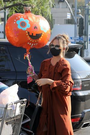 Фото №2 - Крисси Тейген в платье и сапогах самого актуального цвета месяца