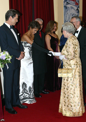 Фото №17 - Как звезды одевались на встречи с Королевой: от гламура Мэрилин Монро до латекса Леди Гаги