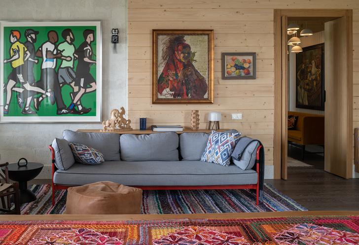 Столовая. Диван, Hay. На стене— работы Джулиана Опи, Филиппа Малявина, Мартироса Сарьяна.