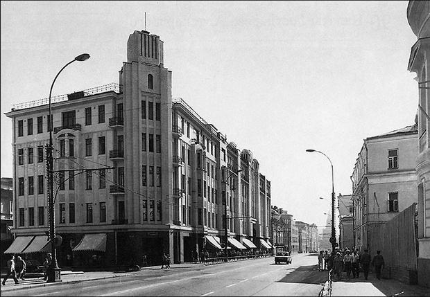 В 2003 году здание московского Военторга на Воздвиженке снесли, и на его месте построили новое. Архитекторы считают реконструкцию неудачной стилизацией