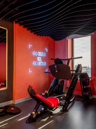 Фото №6 - Игра на контрасте: яркий фитнес-клуб в Москве