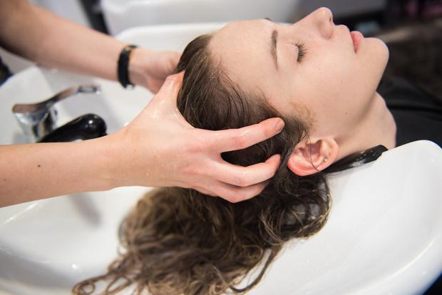 Фото №1 - Окрашивание волос во время беременности: вредно или нет