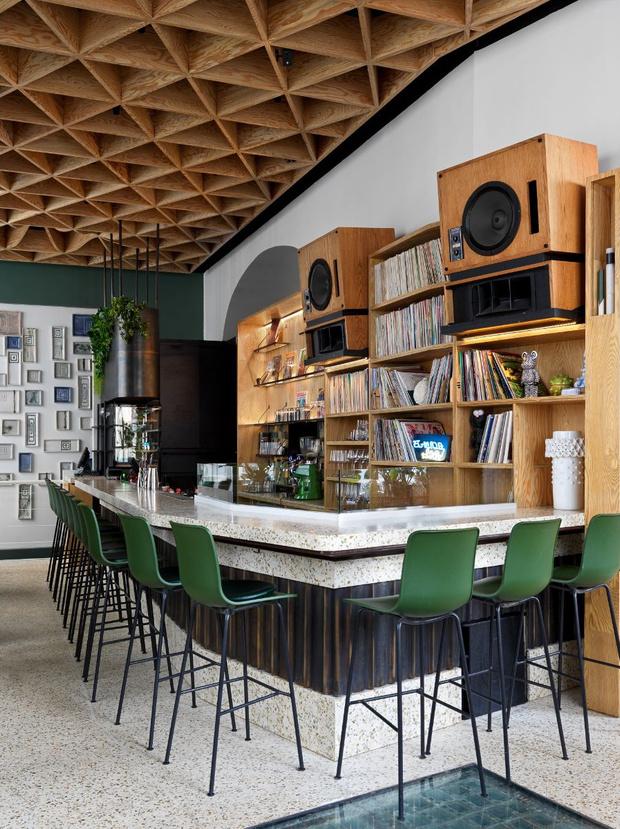 Фото №7 - Flaner: новый ресторан в Москве с мебелью Vitra