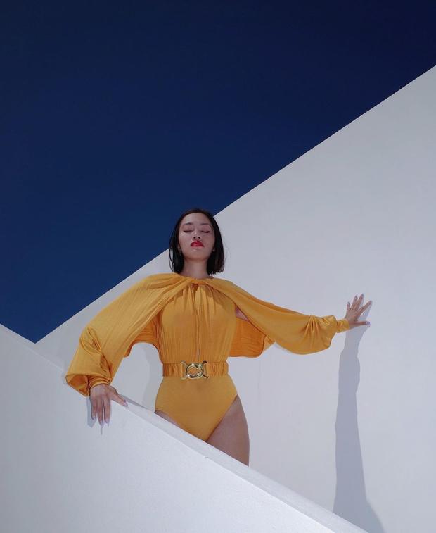 Фото №1 - Королева пляжа: Тиффани Хсу в невероятном желтом боди с драпировками