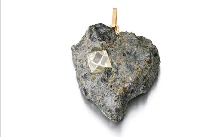 Подвеска из необработанного алмаза (8–12 тыс. фунтов стерлингов)