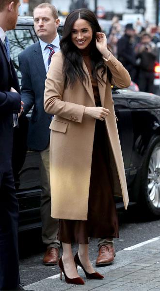 Фото №3 - Главная покупка сезона: где искать классическое бежевое пальто, как у Меган