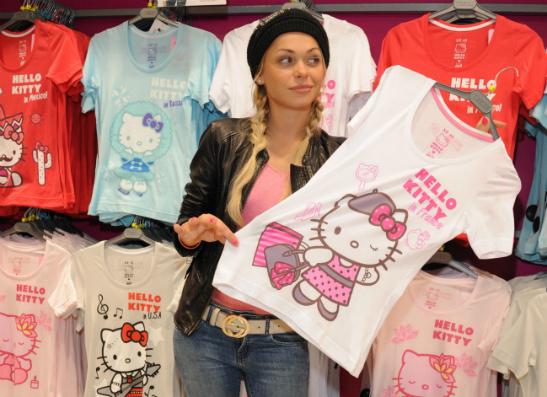 Фото №1 - ELLE girl и ТВОЕ презентовали серию футболок Hello Kitty