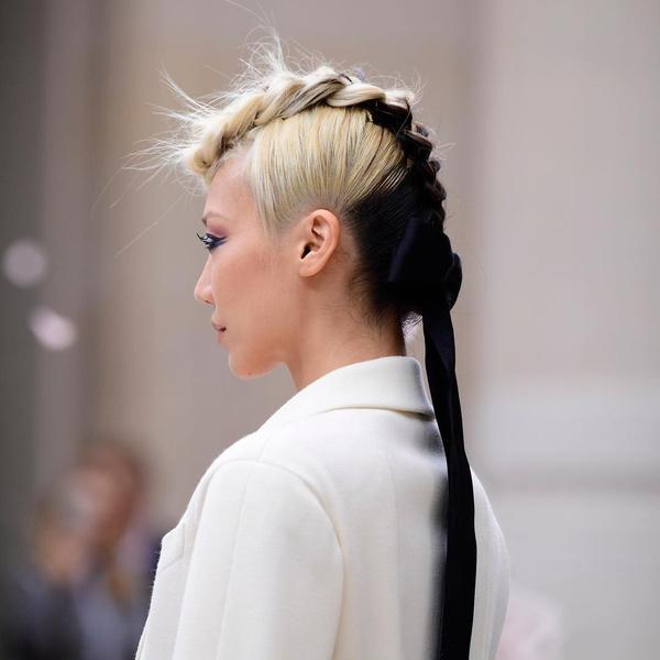 Фото №3 - Коса-ирокез: самый модный бьюти-тренд с подиума 😍