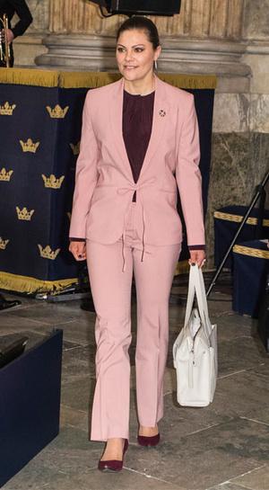 Фото №20 - Как королевские особы носят брючные костюмы
