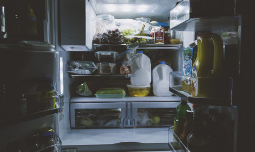 """Фото №1 - """"Болезнь из холодильника"""": Как уберечься от инфекции, которая может поселиться в каждом доме"""