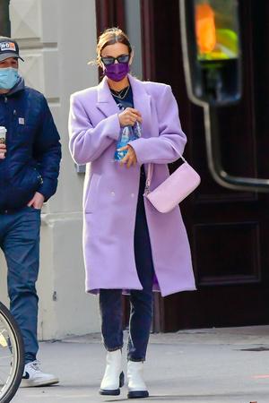 Фото №1 - Акцентные плечи и самый нежный оттенок: пальто для весны 2021 по версии Ирины Шейк