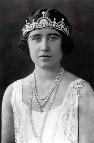 Фото №15 - Какую тиару Елизавета II одолжит Меган Маркл на свадьбу: делаем ставки
