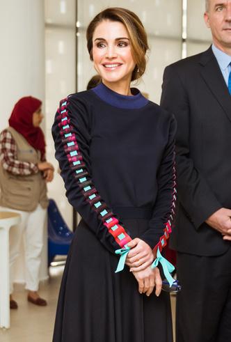 Фото №2 - Королева Рания удивила выбором наряда для встречи со школьниками