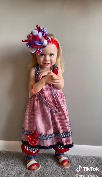 Фото №3 - Мама нарядила дочку на праздник— и случайно стала звездой TikTok