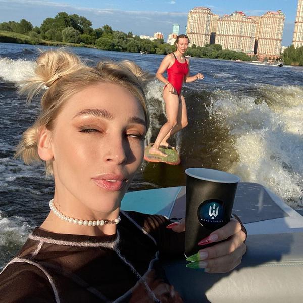 Фото №1 - Случайно ли? Настя Ивлеева показала лучшую подругу Юлию Коваль без трусов
