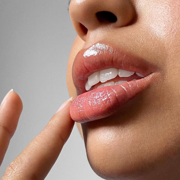 Фото №1 - Что спасет его/ее губы осенью и зимой: подборка лучших бальзамов