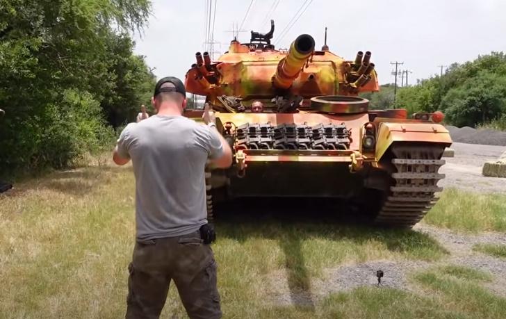 Фото №1 - Эксперимент: что будет, если проехать танком по АК-47, Desert Eagle и другим видам оружия (видео)