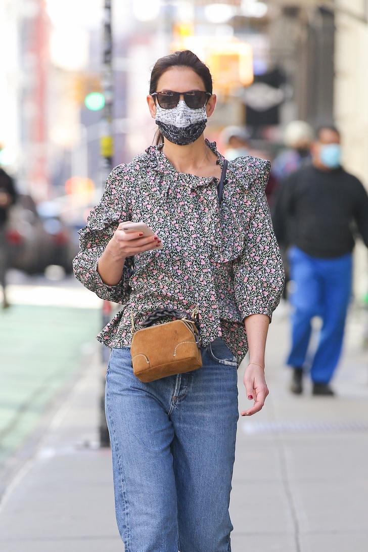 Фото №2 - С чем носить джинсы этой весной? С цветочной блузой как Кэти Холмс