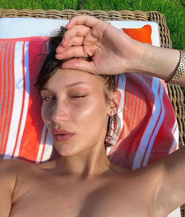 Фото №1 - Веснушки и микрокупальник: +2 фотографии Беллы Хадид для летнего настроения