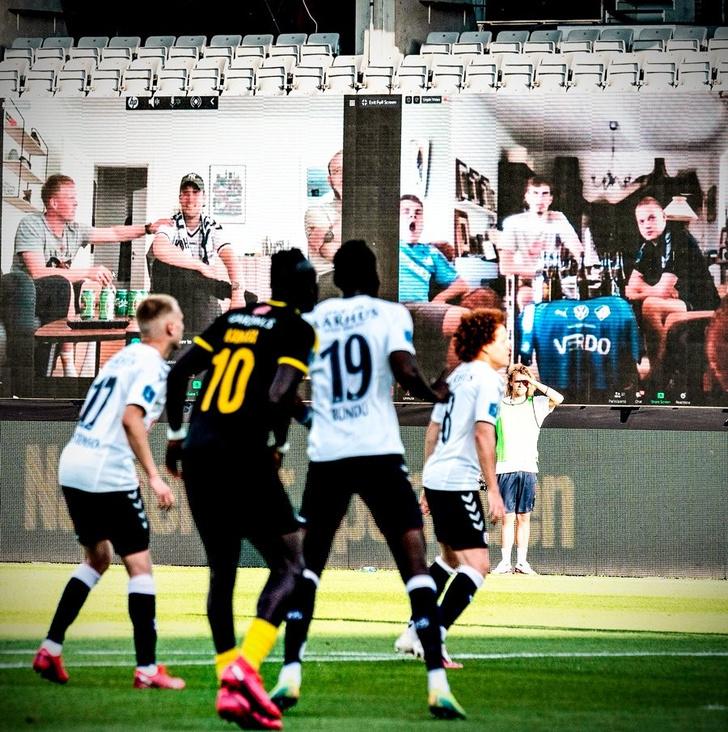 Фото №3 - На чемпионате Дании по футболу болельщиков выводили на трибуны по Zoom. И вот что видели игроки (фото)