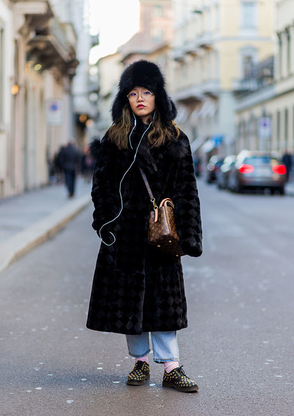 Фото №2 - Как носить шапку-ушанку этой зимой: советы стилиста