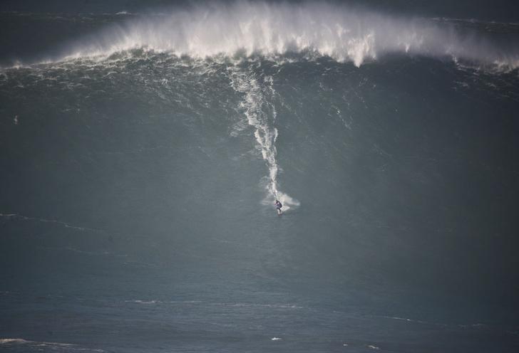 Фото №1 - Событие месяца: гигантские волны в Португалии