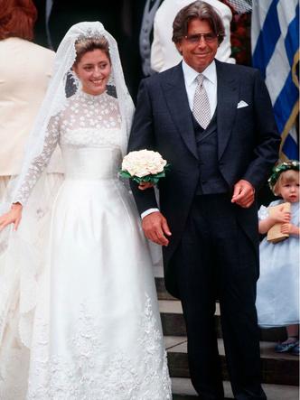 Фото №25 - Платья-близнецы: 15 слишком похожих свадебных нарядов королевских особ