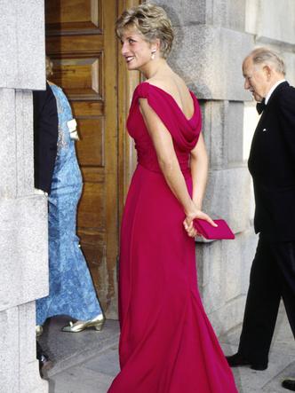 Фото №34 - От персикового до фуксии: как принцесса Диана носила розовый цвет (и почему он ей так шел)