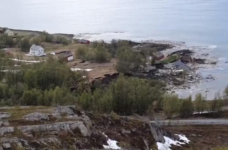 Фото №1 - Очевидец в Норвегии снял, как огромный оползень утащил в море несколько домов (видео)
