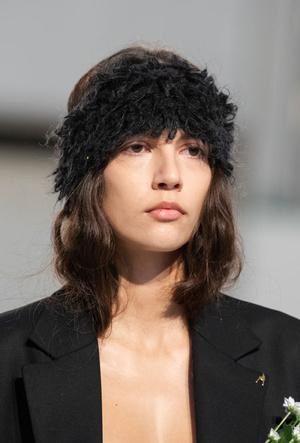 Фото №13 - Шапки, косынки и береты: самые модные головные уборы сезона