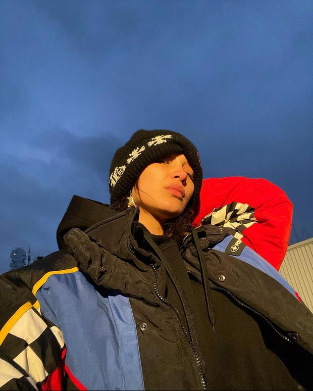 Фото №2 - Худи Burberry, пуховик из 90-х и шапка собственного сочинения: Белла Хадид явно не боится модных экспериментов