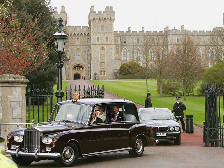 Фото №2 - Вместо кареты: самые роскошные свадебные автомобили Виндзоров