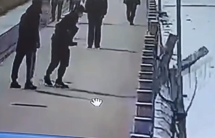 Фото №1 - Китайский хулиган ради лайков пнул один столбик— и обрушил ограждение целой набережной (видео)