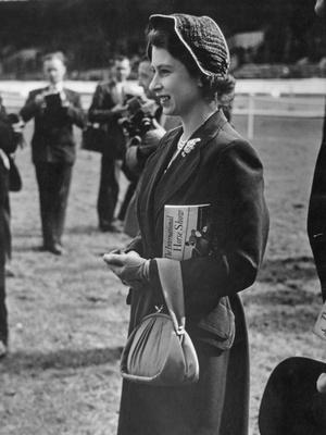 Фото №7 - Модный протокол: почему королевские особы носят сумки только в руках