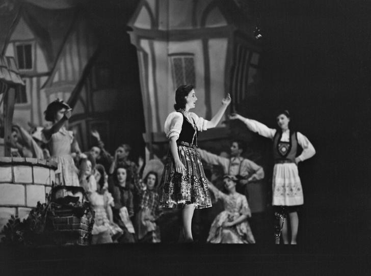 Фото №37 - Рождественский театр Виндзоров: как принцессы Елизавета и Маргарет поднимали боевой дух нации